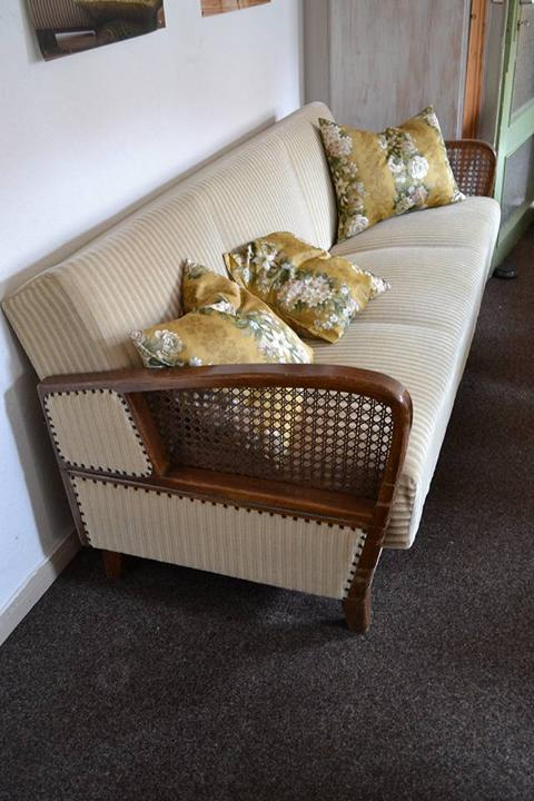 sofa-holzlehne-polsterei-kraftschik-wolfenbuettel-vintage-recycling-moebel